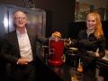 Deutschland-Repräsentant Thomas Bald demonstriert den Vitamin Twister von Novissa aus der Schweiz, eine Kombination aus Zitruspresse und Zentrifuge.