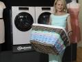 Modedesignerin Sonja Kiefer mit den Helden von Bauknecht aus der Waschküche im Bildhintergrund.