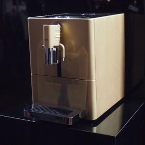 Jura ena Micro 9 One touch - in der Goldausführung glänzt sie in den Schaufenstern der Jura-Händler.