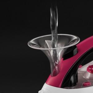 Im neuen Bügeleisen Easystore Pour & Store von Russel Hobbs lässt sich das Wasser bequem über einen Trichter einfüllen. (Bild RH)