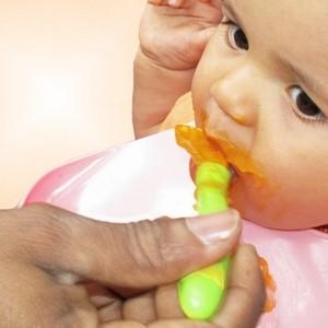 Richtig temperierter Babybrei schmeckt dem Baby! (Bild: Helene Souza, pixelio.de)