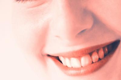 Ein gelungener Flirt beginnt und endet mit einem Lächeln. (Bild: adel, pixelio.de)