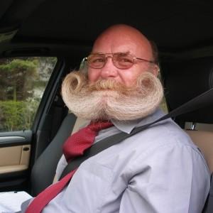Besondere Individualisten züchten ihr Barthaar zu besonderen Formen. Ein Tropfen Seidenöl macht den Bart kämmbar, ein wenig Haarspray hält ihn in Form. (Bild: Rolf Kühnast / pixelio.de)