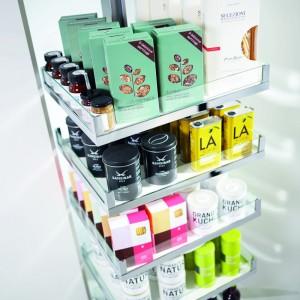 Neue Stauraumlösungen in den Küchenschränken lassen einen an alle Vorräte leicht herankommen. (Bild: AMK)