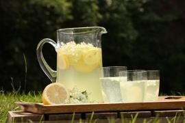 Schön anzusehen, vitaminreich und erfrischend: Mineralwasser mit Holunderblütensirup auf Eis. (Bild: Topagrar-online.de)