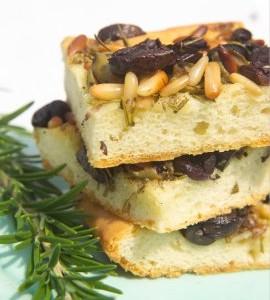 Pikanter Butterkuchen - mit Oliven, Pinienkernen, Rosmarin und Thymian. (Bild: Topagrar-online.de)
