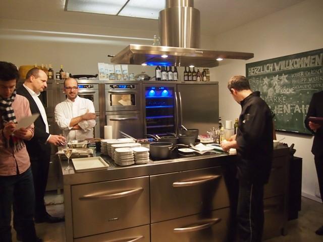 Sternekoch Claudio Urru (l.) gibt auch ungeübten Köchen gern Tipps zum Sous Vide-Garen