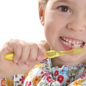 """Die Rate Karies bei Kindern ist leicht zurückgegangen - Eltern sollten aber nicht nur aufs regelmäßige Zähneputzen achten, sondern auch auf die richtige Ernährung - und sie sollten ansteckungsgefahren ausschließen. (Bild: """"proDente e.V."""" )"""