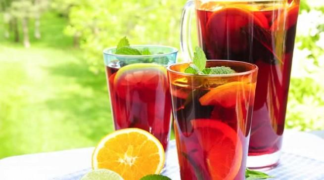 Das Auge trinkt mit - Sangria mit Orangenscheiben... (Rezept und Bild: Tacoweb.de)
