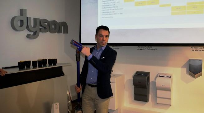 Alexander C Schmidt, Geschäftsführer Dyson DACH, erklärt die Vorzüge der neuen Elektrobürste mit Soft-Walze, v6 Fluffy.