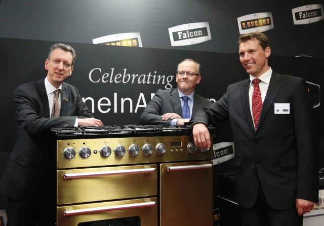 Goldiges Lächeln zur ersten Million Range Cooker: William McGrath und die Deutschland-Repräsentanten Kersten Hoppe (li) und Jan Oetjen (re) von coolGiants.