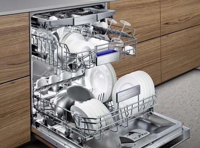 Geschirrspüler bzw. Spülmaschinen richtig einräumen heißt, Ober- wie Unterkorb sowie die Besteckschublade richtig beladen. Foto: Siemens