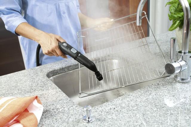 Beim Hausputz den Backofen und sein Innenleben nicht vergessen: Eine Alternative zum Backofenspray bieten Dampfreiniger wie der SC 4 von Kärcher.