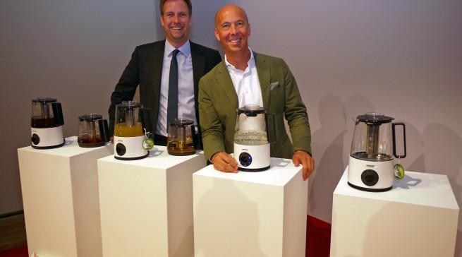 """Olaf Fischer (li.), Geschäftsführer Petra-Electric Deutschland, und Export Manager Vincent van den Broek sind begeistert von der Petra-Weltneuheit """"PureTea"""", einem Wasserkocher und Teebereiter auf Induktionsbasis."""