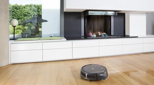 """Der integrierte Wassertank des """"Deebot M8"""" ermöglicht die automatische feuchte Reinigung ganzer Räume."""