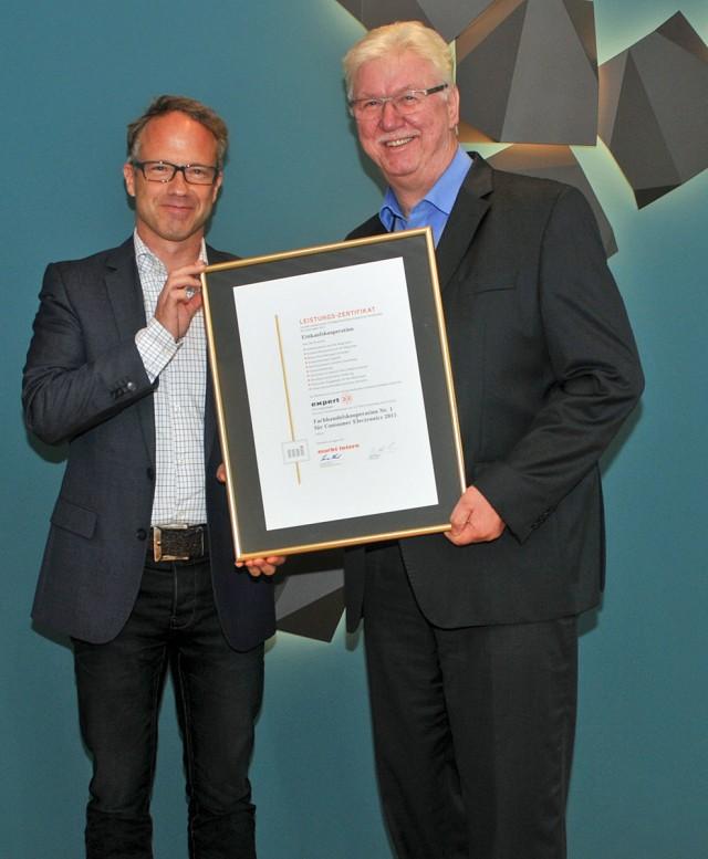 Preisverleihung an die erneute Nummer 1: Lorenz Huck (li.), Chefredakteur 'markt intern' Unterhaltungselektronik, und Volker Müller Vorstandsvorsitzender der expert AG.