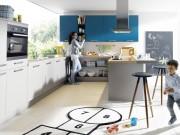 Farbgestaltung in der Küche: Grautöne in Kombination mit einem weiteren Farbton sorgen für ein verspieltes Ambiente. Foto: AMK