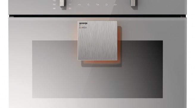 Designed by Philippe Starck zeigt Gorenje den BCM 547 ST, einen Kompakt-Einbaubackofen mit Miktowelle.
