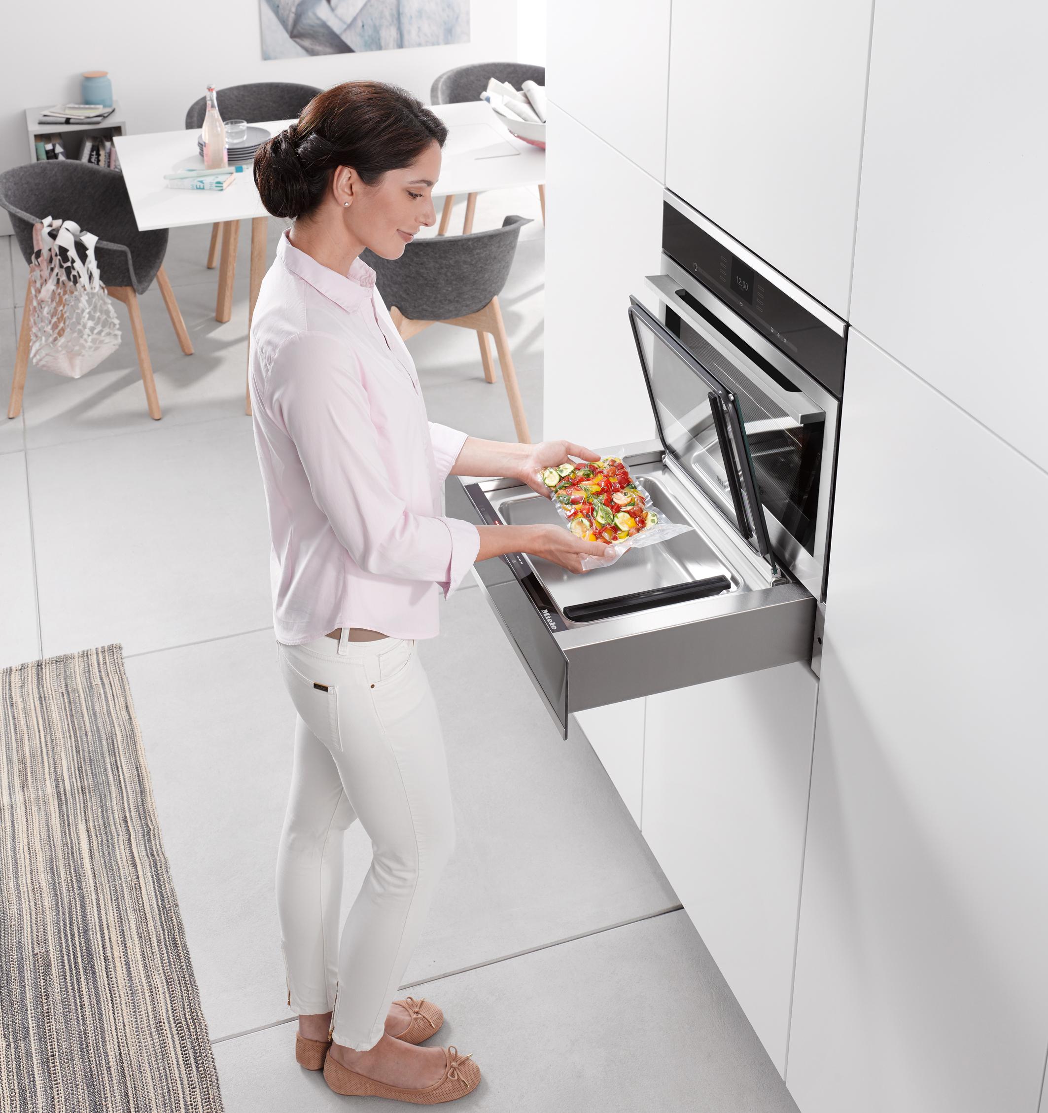 Mit der neuen Vakuumierschublade von Miele lassen sich Lebensmittel bedarfsgerecht portionieren und länger haltbar machen. Über der Vakuumierschublade ist der Dampfgarer mit vollwertiger Backofenfunktion DGC 6800 XL eingebaut.
