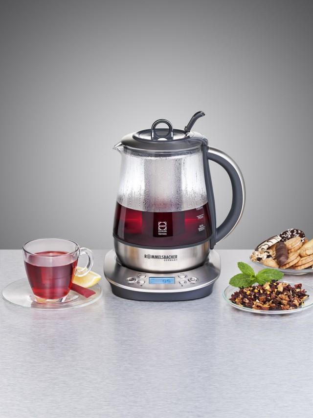 Der Rommelsbacher Tee- und Wasserkocher TA 1400 bei der Teebereitung