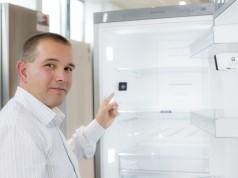 Ein Kühlschrank mit eingebauter Kamera: Magnetsensoren in der Kühlschranktür lösen bei jedem Schließen die zwei integrierten Kameras aus und senden die Bilder über die BSH Cloud direkt auf Smartphone oder Tablet der Konsumenten.