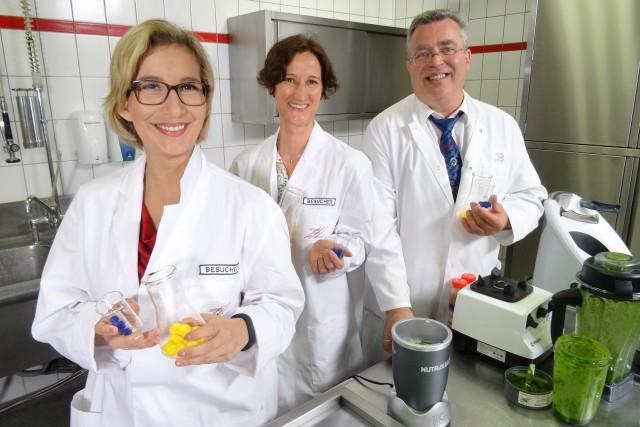 Was steckt wirklich in den pürierten Drinks? Dr. Michaela Schlich und Dr. Wolfram Wendler klärten zusammen mit Yvonne Willicks (l.) auf. Foto: WDR/Solis TV