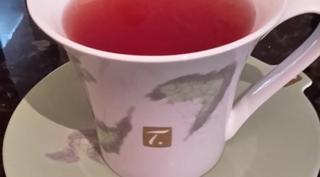 2. Aufguss aus derselben Kapsel: Man sieht kaum einen farblichen Unterschied, der Tee schmeckt auch fast gleich. Man darf nur nicht gleich nach dem ersten Brühen nochmal die Taste drücken, sonst läuft das Wasser einfach so durch, sondern muss etwas warten, um einen neuen Brühvorgang zu starten.