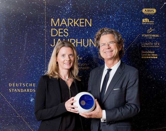Kerstin Glanzer nahm die Auszeichnung von Dr. Florian Langenscheidt in Berlin entgegen.
