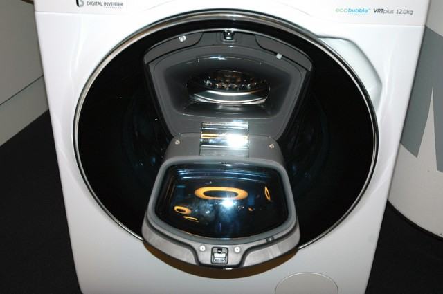 AddWasch macht das (Wasch)leben leichter. Zusatzklappe öffnen, Wäsche nachlegen, schließen und weiter geht's im Waschprogramm.