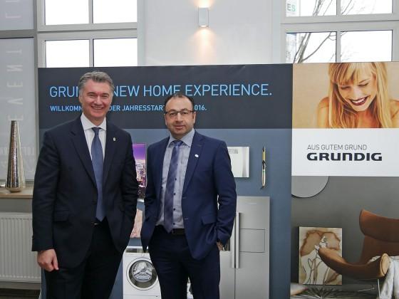Die Grundig-Geschäftsführer Horst Nikolaus (li) und Sühel Semerci setzen auf Trends wie Effizienz, Digitalisierung, Nachhaltigkeit und Wohlfühlen.