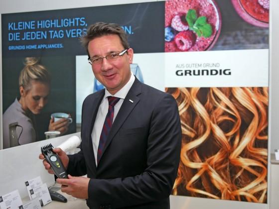 Danyal Riediger, Vertriebsleiter Home Appliances, erläutert die Turbo-Sense Technologie - automatische Zuschaltung an Schneidleistung bei dickem Haar – anhand eines neuen Haarschneiders.