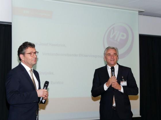 Franz-Josef Hasebrink (li.), Vorstandsvorsitzender der EK, und Harry Bruijniks, Chef der holländischen Verbundgruppe Euretco, erläutern das gemeinsame Konzept einer europäischen Unternehmerplattform.