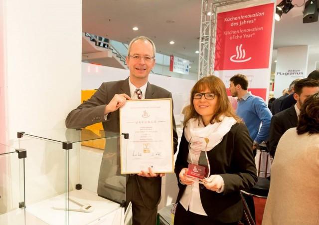 Freuen sich über den KüchenInnovationspreis: Markus Dombrowsky (Brand Manager Soehnle) und Nina Royer (Produktmanagerin Soehnle).
