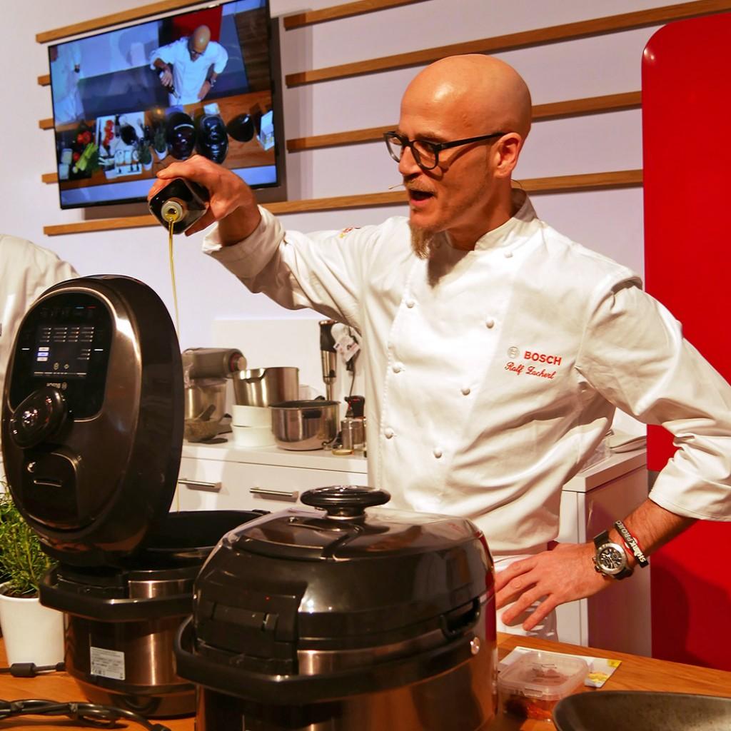 Ganz entspannt Kochen: Ralf Zacherl auf der ProTour in Köln.