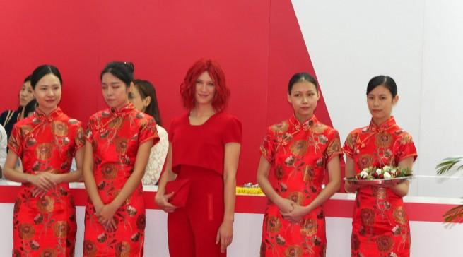 Miss IFA umringt von charmanten chinesischen Hostessen.