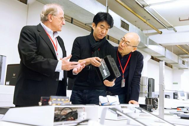 Die Red Dot-Juroren Gordon Bruce, Hideshi Hamaguchi und Prof. Dr. Ken Nah bei der Jurierung.