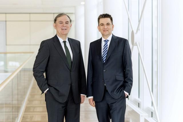 Als neuer Geschäftsführer Technik der Miele Gruppe tritt Dr. Stefan Breit (r.) die Nachfolge von Dr. Eduard Sailer an (l.).