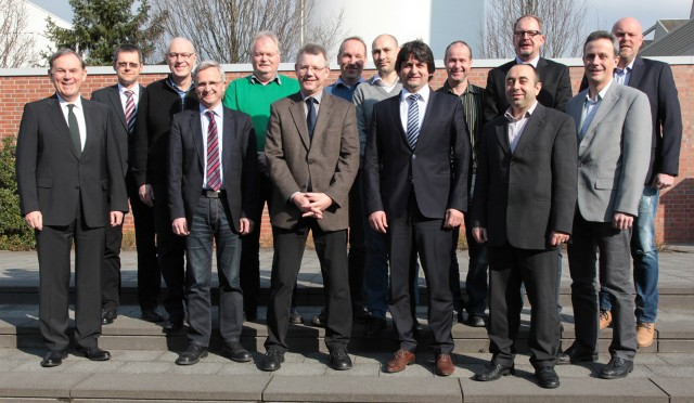 """An jedem Miele-Werkstandort gibt es Beauftragte, die zusammen das übergeordnete Energieteam bilden. Mit Dr. Eduard Sailer, Geschäftsführer Technik (links), freuen sie sich über das """"Best Practice Label"""" für Energieeffizienz."""