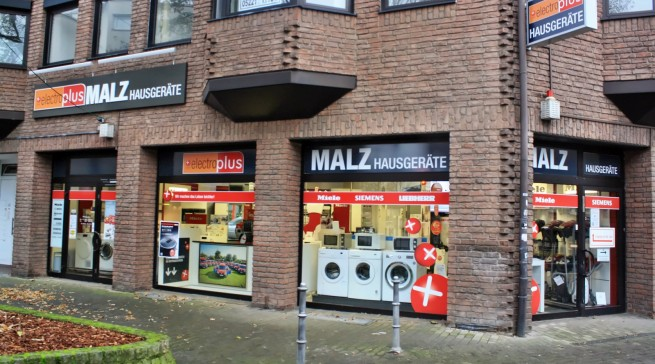Die Schaufenster des Herforder Geschäftes betonen die Markenorientierung von Malz.
