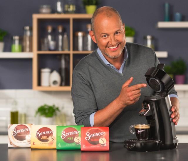 Sternekoch und Genussexperte Frank Rosin präsentiert die Senseo Viva Café Modelle.