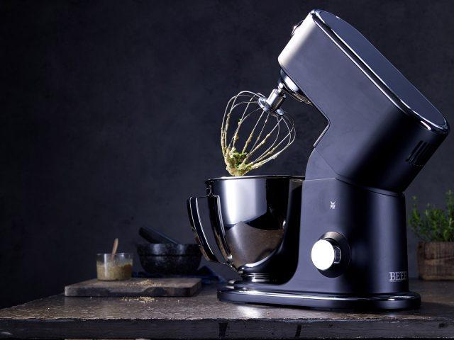 """WMF weiß, was Männer lieben: Technisch auf höchstem Niveau ist die Küchenmaschine Profi Plus in der """"Beef! Special Edition""""."""