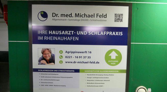 Informiert man sich über Schlaf, kommt man an Dr. Michael Feld nicht vorbei. Das beginnt schon im Parkhaus im Kölner Rheinauhafen.