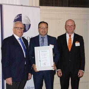 Die Verleihung der Berufungsurkunde an Sühel Semerci erfolgte durch den Vorstandsvorsitzenden des Senats der Wirtschaft, Dieter Härthe und den Präsidenten des Senats, Prof. Dr. Dr. Franz Josef Radermacher.
