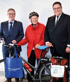 Radeln für die Kinder (v.li.): Georg Düsener, Vertriebsleiter Fahrrad bei der Wertgarantie, Kinderärztin Marta Binder und Wertgarantie Vertriebsvorstand Patrick Döring.