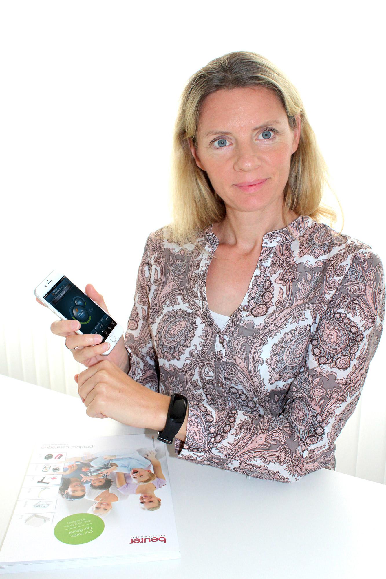 Beurer Marketingleiterin Kerstin Glanzer nutzt bereits den neuen Aktivitätssensor AS 95, der die Daten an die HealthManager App von Beurer senden kann.