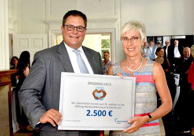 Jubiläumsspende von Wertgarantie an die Deutsche Stiftung Weltbevölkerung (DSW).