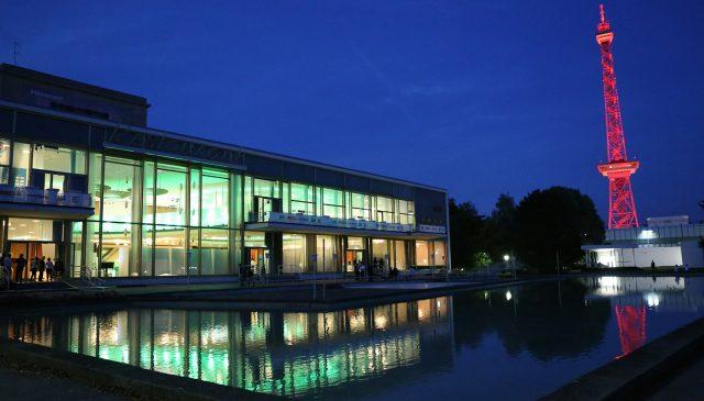 Reizvolle Kontraste zur blauen Stunde: das Rot des Funkturms trifft auf das EP:-Grün im Palais.