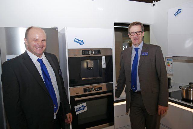 Präsentieren sich sichtbar stolz und zufrieden im FK-Smart-Home-Haus (v.li): Thorsten Arnhold, Verkaufsleiter Elektrogeräte und Christoph Ilaender, geschäftsführender Gesellschafter.