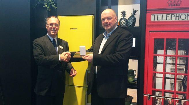 Wolfgang Pauler (CHIP) übergibt den Preis für den Hersteller des Jahres in der Kategorie Kühlschränke an Günther Sproll, Marketingleiter Liebherr Hausgeräte.