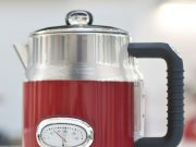 Russell Hobbs Wasserkocher Retro Ribbon Red mit Perfect­Pour­Ausgusstülle.